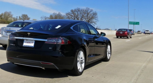 El auto eléctrico con sistema de autoconducción de Tesla enfrenta demandas. Foto: Wikimedia