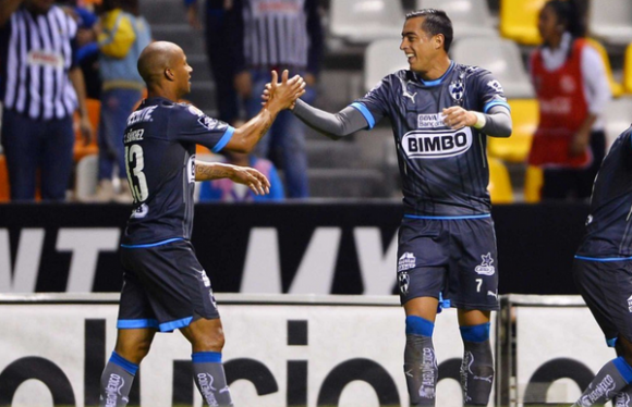 Carlos Sánchez festeja con Funes Mori, ambos goleadores de Monterrey ante Puebla. Foto: Sportcenter