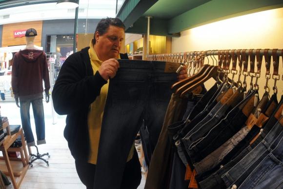Luis Cherro, de Gordos Organizados, recrea la dificultad de encontrar un jean que se ajuste a un cuerpo con sobrepeso. Foto: Fernando Ponzetto.