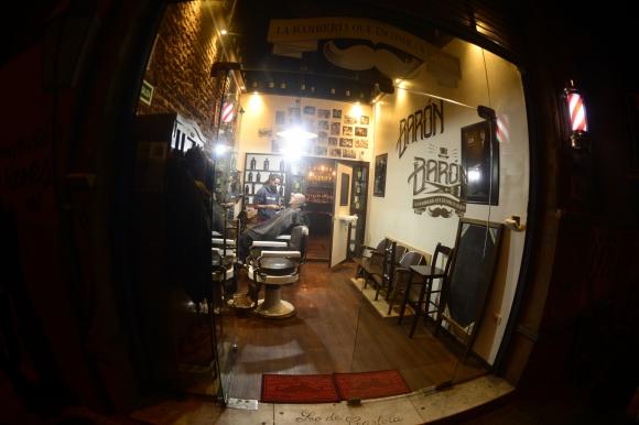 Tras la barbería una puerta permite acceder al bar. Foto: Gerardo Pérez
