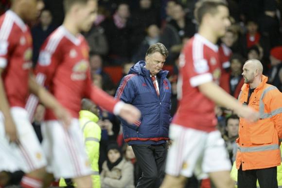 Van Gaal se fue abucheado tras una nueva derrota del Manchester United. Foto: AFP.