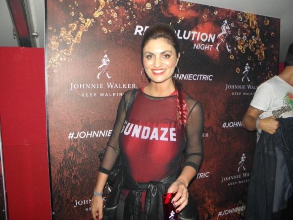 Ana Inés Martínez se tiñó parte de su cabellera de rojo para la fiesta.