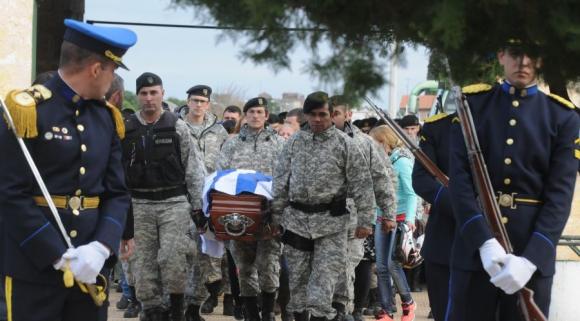 El protocolo policial fue cumplido a cabalidad para despedir al policía. Foto: F. Flores