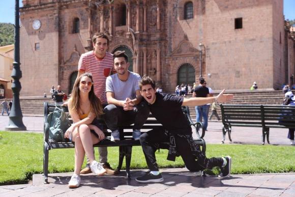 Vázquez junto a sus compañeros de Rombai durante el rodaje del videoclip en una plaza de Lima.