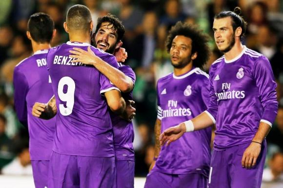 Isco y Benzema festejan uno de sus goles al Betis. Foto: Reuters.