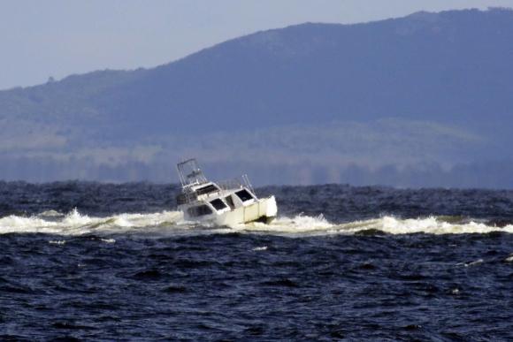 Una lancha encalló frente a Punta del Este. Foto: Ricardo Figueredo