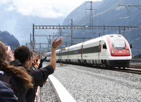 Unas mil personas celebraron la creación del túnel en Suiza. Foto: REUTERS
