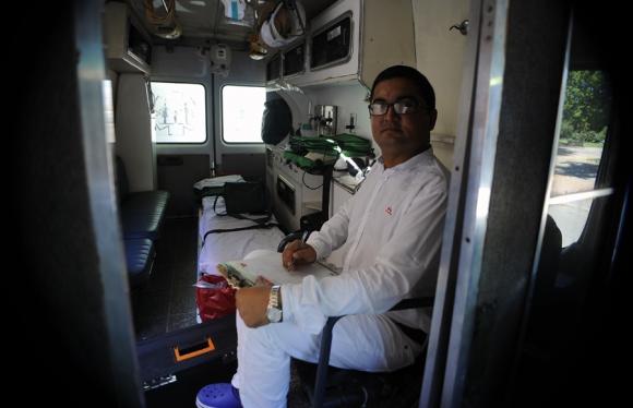 Ashfaq Ahmed trabaja en una emergencia médica de San José. Foto: F. Ponzetto