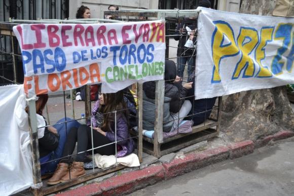 En jaulas: los activistas frente a la sede del Frente Amplio. Foto: Pablo Melgar