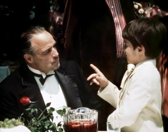Don Corleone (Marlon Brando) junto a su nieto en El Padrino.
