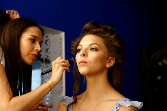 Maquillan a Melitina Staniouta antes de competir. Foto Reuters