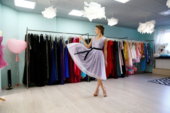 Melitina Staniouta se prueba un vestido. Foto Reuters