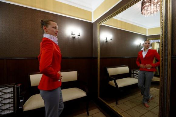 Melitina Staniouta se prueba el uniforme de Bielorrusia para los JJ.OO. Foto Reuters