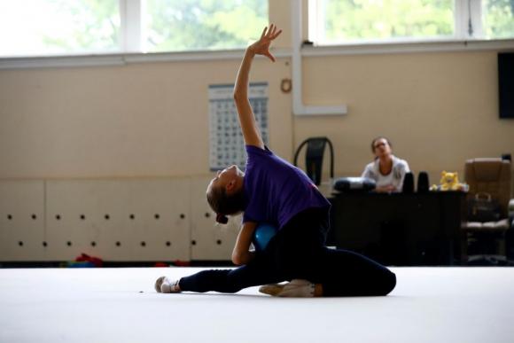 Melitina Staniouta entrena en un centro deportivo previo a los JJ.OO. Foto Reuters