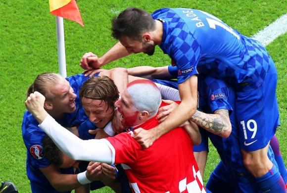Los jugadores de Croacia celebran el gol de Luka Modric con un intruso. Foto: EFE