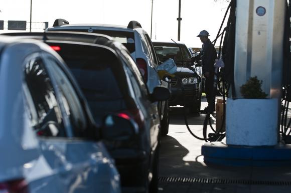 Los uruguayos se preparan para el paro en las estaciones de servicio. Foto: Fernando Ponzetto