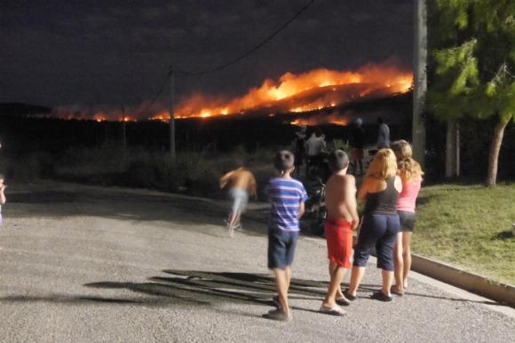 Incendio en el Cerro del Toro en Piriápolis. Foto: Ricardo Figueredo