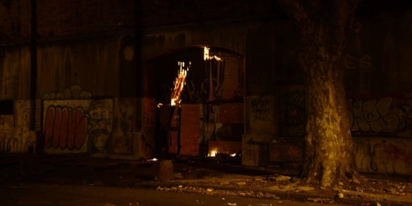 Bomberos trabaja para controlar las llamas. Foto: Gerardo Pérez