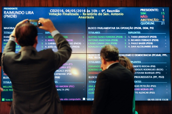 Políticos fotografían panel con votos de la aprobación al juicio, Foto AFP