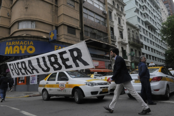 La gremial del taxi pidó el bloqueo de la aplicación de Uber. Foto: A. Colmegna