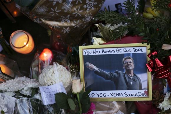 Fanáticos rinden tributos a George Michael en el exterior de su casa. Foto: AFP
