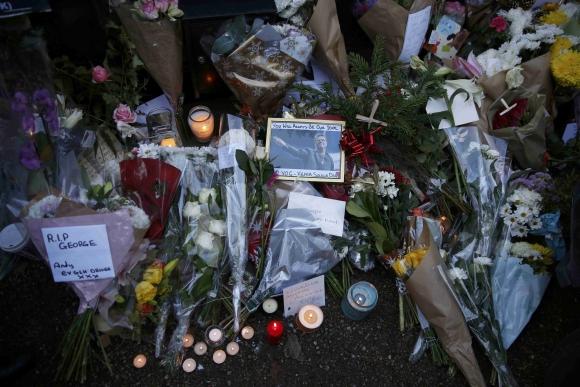 Fanáticos rinden tributos a George Michael en el exterior de su casa. Foto: Reuters