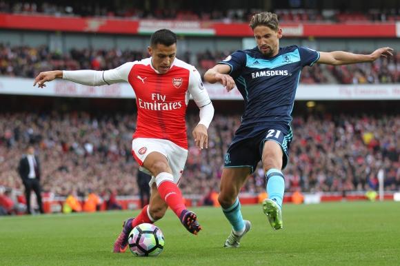 Gastón Ramírez en la marca del chileno Alexis Sánchez. Foto: AFP