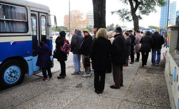 Largas colas en Tres Cruces para vacunarse. Foto: Marcelo Bonjour.