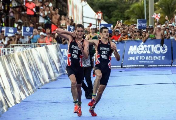 Jonathan Brownlee llegó a la meta gracias a su hermano mayor, Alistair. Foto: AFP.