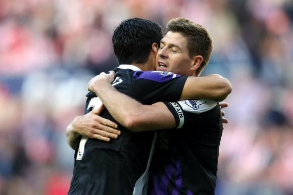 Steven Gerrard fue uno de los que más respaldó a Suárez en los momentos difíciles. Foto: AFP