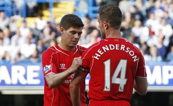 El heredero. Jordan Henderson recibiendo el brazalete de parte de Steven Gerrard. Foto: Reuters