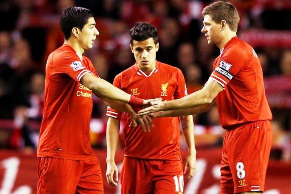 Gerrard y Luis Suárez se saludan antes del partido Liverpool. Foto: EFE