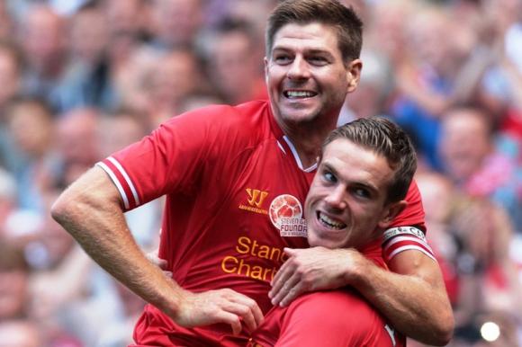 Gerrard celebra con Henderson el gol del 2-0. FOTO: AFP