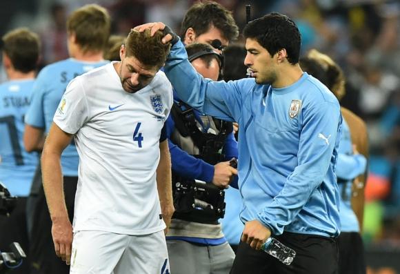 Suárez y Gerrard en el final del partido. Foto: AFP