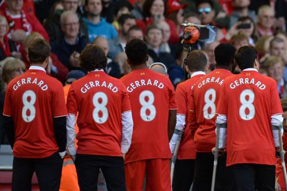 El homenaje de los futbolistas del Liverpool a Gerrard. Foto: AFP.