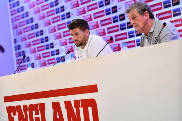 Steven Gerrard en conferencia de prensa con Roy Hodgson. Foto: AFP.