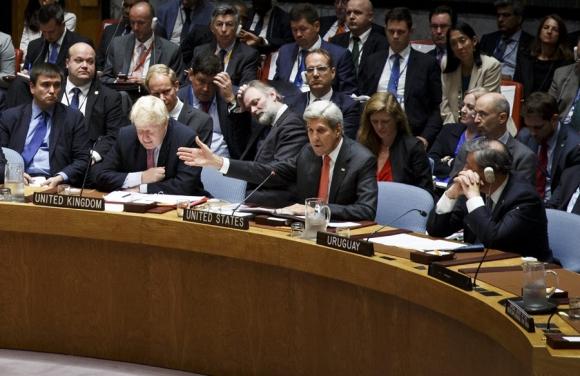 John Kerry flanqueado por el británico Johnson y por Nin Novoa. Foto: EFE