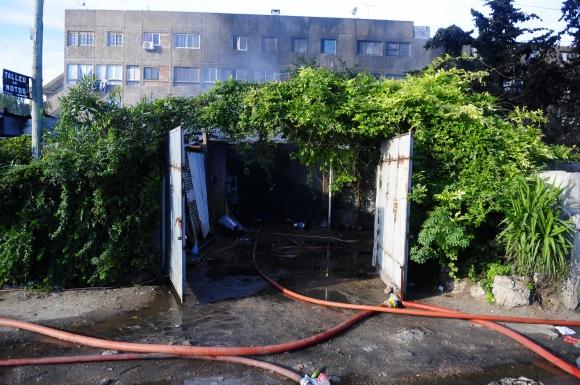 Bombero en complejo de viviendas en Verdisol. Foto: Fernando Ponzetto