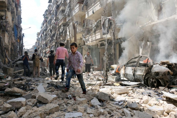 Escombros en ataque aéreo a Alepo. Foto: AFP.