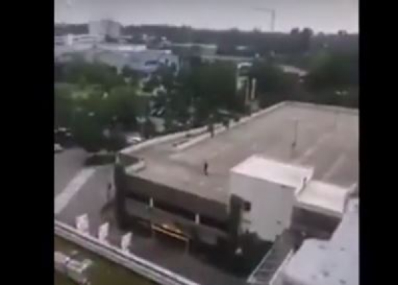 El atacante en el techo de un edificio. Foto: captura de video