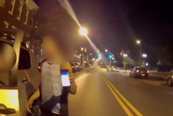 El joven muestra su celular luego del choque. Foto: Captura de Pantalla