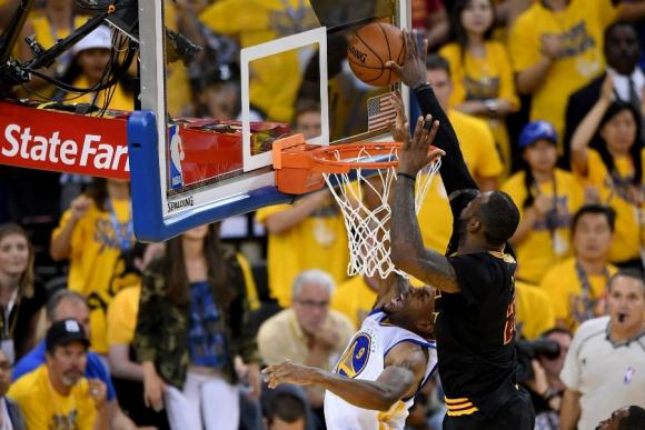 La tapa de LeBron James sobre Andre Iguodala. Foto: AFP