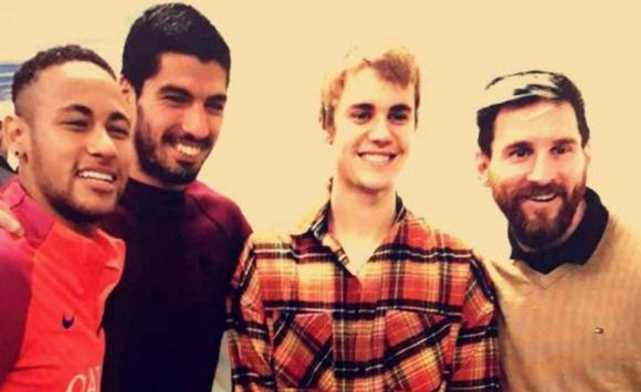 Justin Bieber junto a Luis Suárez, Lionel Messi y Neymar en Barcelona. Foto: @FCBarcelona_es