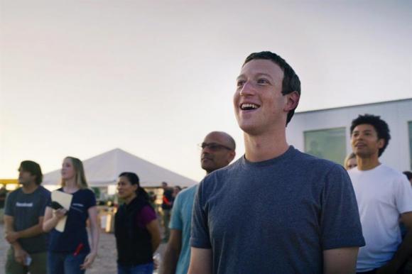 Mark Zuckerberg, observa el vuelo de prueba del dron  'Aquila'. Foto: EFE