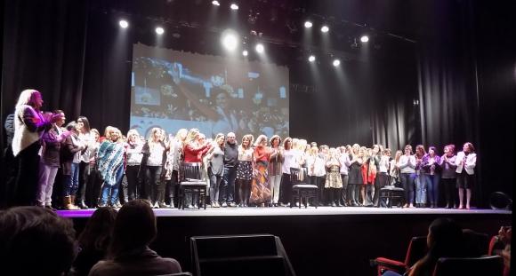 Más de cincuenta miembros de la fundación arriba del escenario.