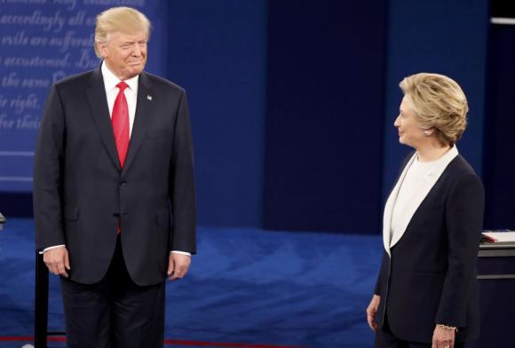 Trump y Clinton antes de comenzar el segundo debate. Foto: Reuters