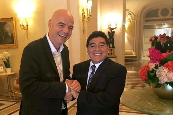 Gianni Infantino y Diego Maradona. Foto: DiegoMaradonaOficial / Facebook