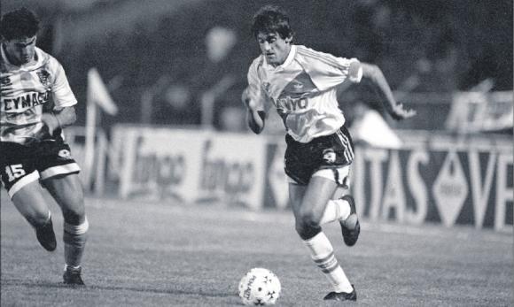 En 1995 Francescoli jugó en el Tróccoli ante Cerro defendiendo a River Plate.