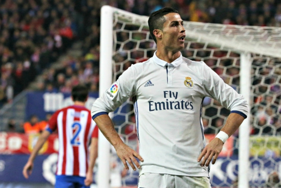 El festejo de Cristiano Ronaldo tras su tanto; Godín de fondo. Foto: EFE