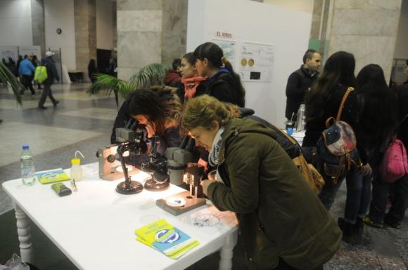 El microscopio fue de lo más requerido por el público. Foto: F. Flores